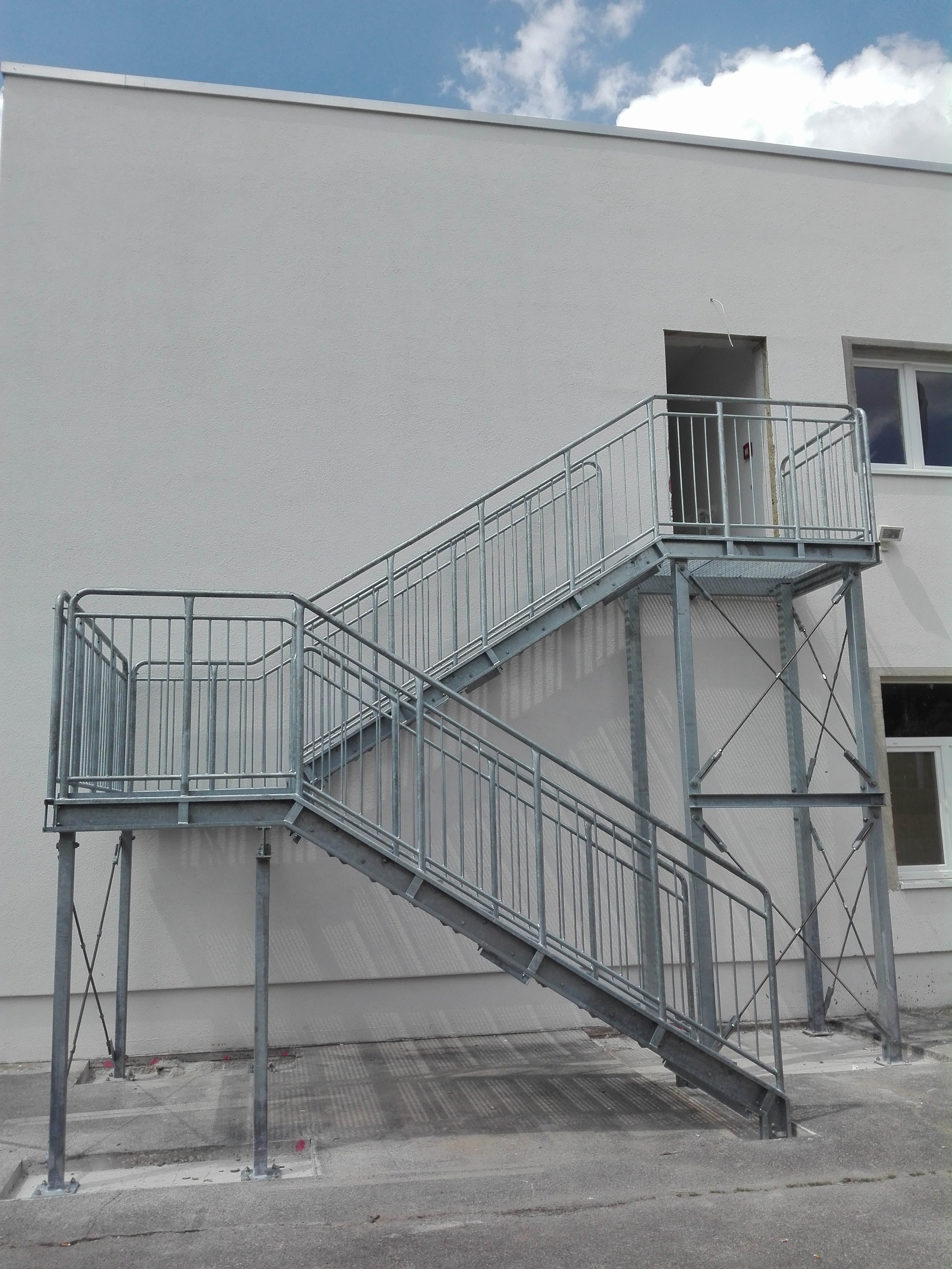 aussen treppen treppe aussen 705. Black Bedroom Furniture Sets. Home Design Ideas